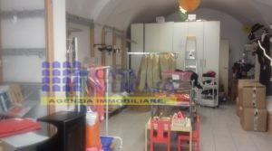 Ortona centro-vendesi locale commerciale con due posti auto